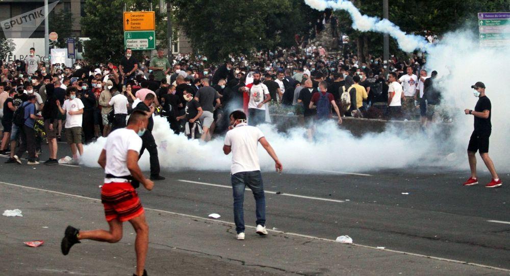 塞尔维亚骚乱致118名警察受伤 153人被捕