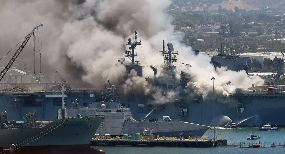 """美国圣地亚哥基地""""好人理查德""""号两栖攻击舰(USS Bonhomme Richard)发生火灾"""