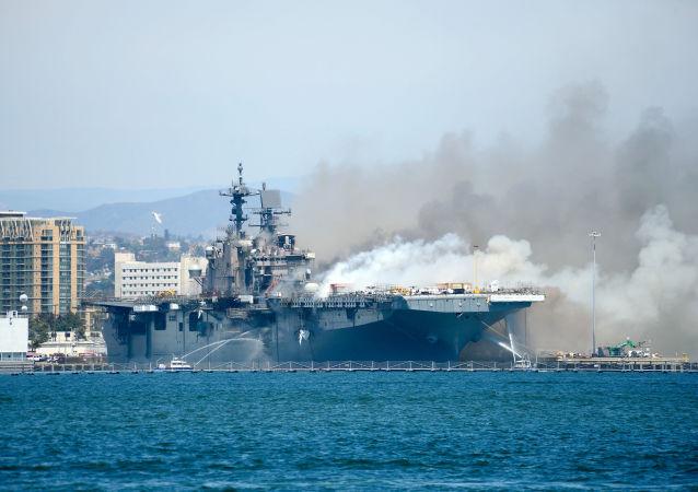 """美国海军将把失火受损的""""好人理查德""""号两栖攻击舰报废处理"""