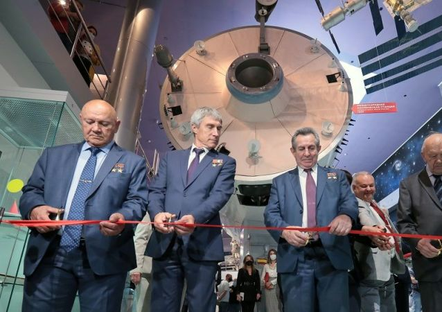 曾两次荣获苏联英雄称号的宇航员弗拉基米尔·贾尼别科夫(左边)