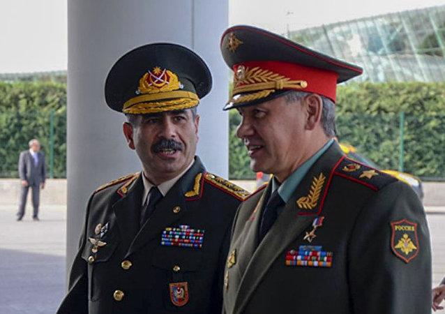 俄罗斯国防部长绍伊古(右)和阿塞拜疆国防部长哈萨诺夫