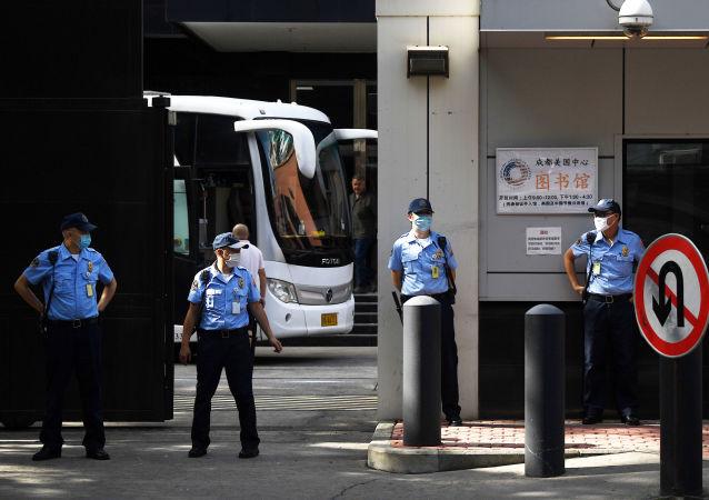 媒体:一辆中巴驶入美国驻成都总领事馆:安保严加防范
