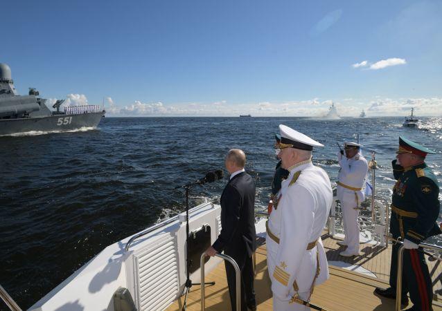普京抵达喀琅施塔得参加俄海军日的庆祝活动