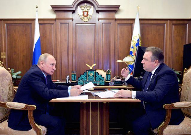 俄罗斯总统普京和俄罗斯联合造船集团公司总经理阿列克谢∙拉赫曼诺夫