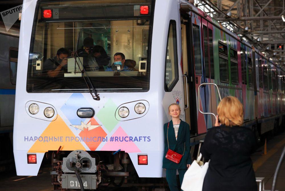 莫斯科地铁牵手俄罗斯民间工艺