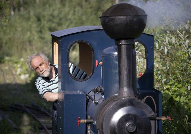 圣彼得堡工程师介绍自己在森林中铺设小型铁路