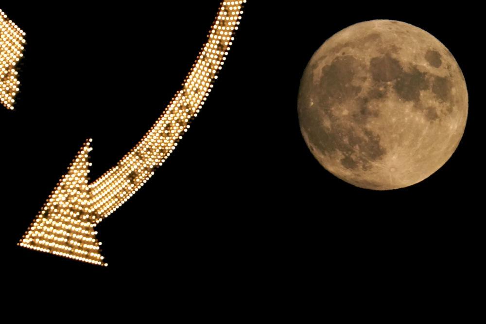半空的月亮