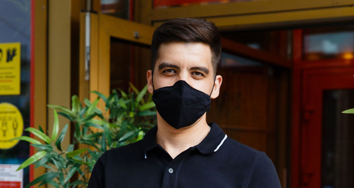 大流行期间,餐饮工作者需佩戴口罩和手套