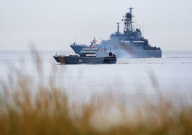 俄军校学员结束在波罗的海舰队斯莫尔尼号教练舰上的远航任务
