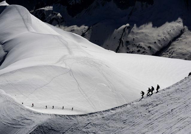 数十人因受到勃朗峰冰川崩塌的威胁而撤离