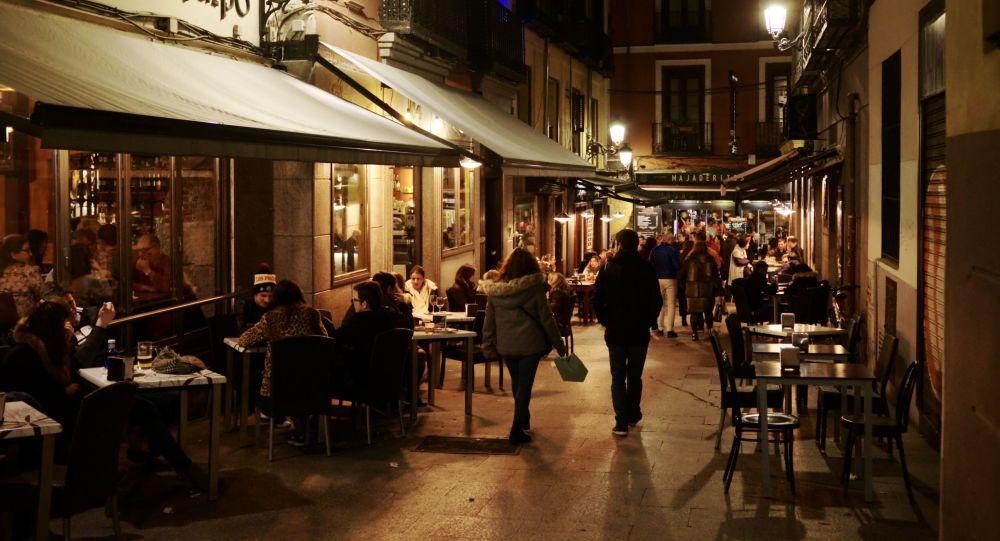 西班牙政府决定关闭舞厅并限制街头吸烟