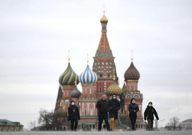 莫斯科红场上戴口罩的行人