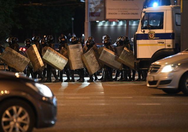 执法人员在明斯克普列汉诺夫街地区使用震撼弹