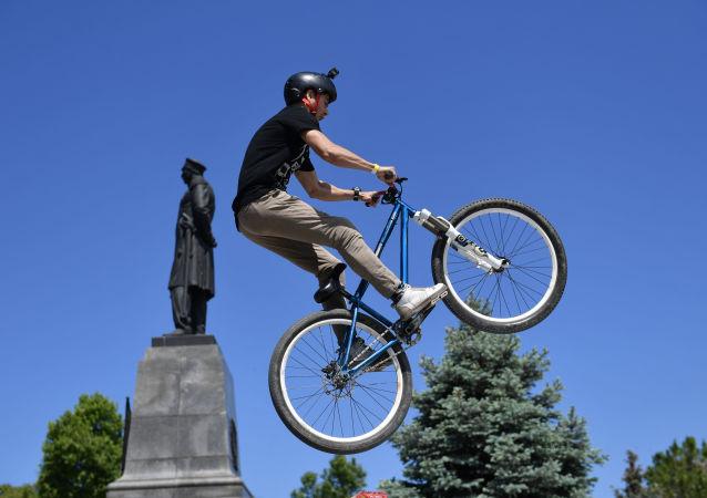 塞瓦斯托波尔自行车节的一名参与者