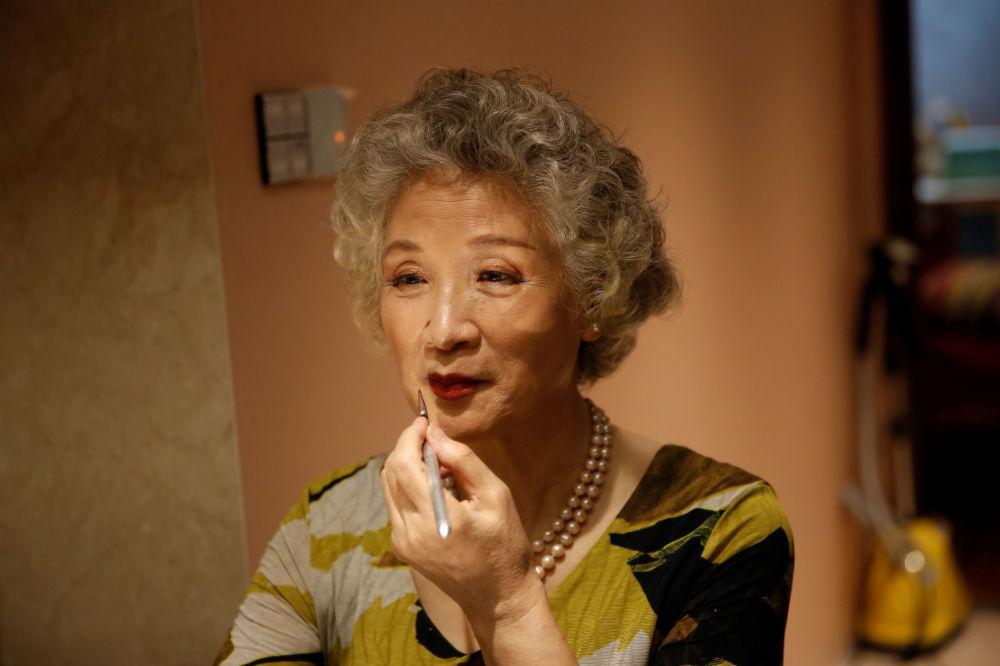 """74岁的""""Glamma Beijing""""模特组合成员王念文正在化妆"""