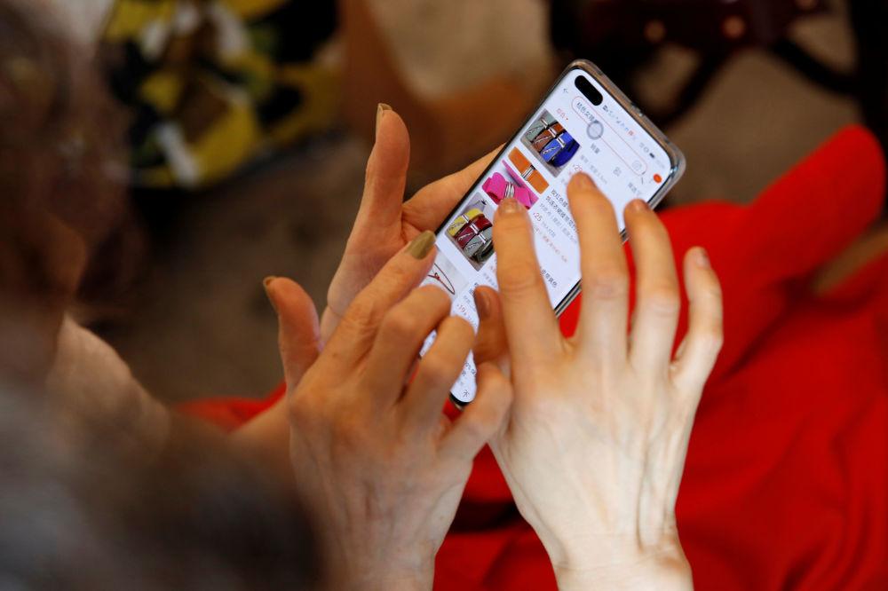 """""""Glamma Beijing""""模特奶奶在网上购物"""