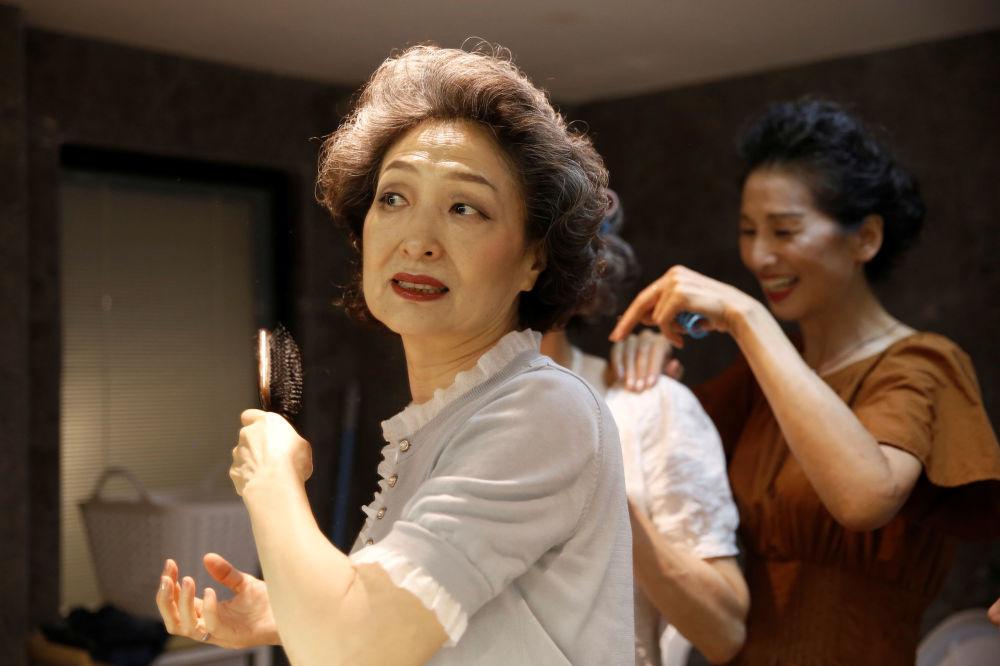 """""""Glamma Beijing""""模特组合在拍摄前准备"""