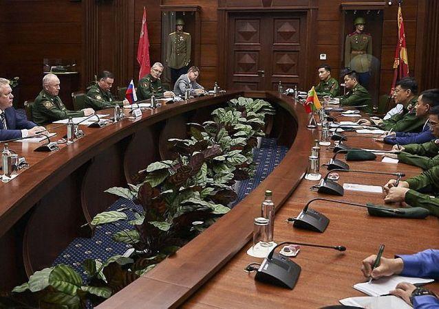 俄副防长福明与缅甸总参谋长妙吞乌在莫斯科举行会谈