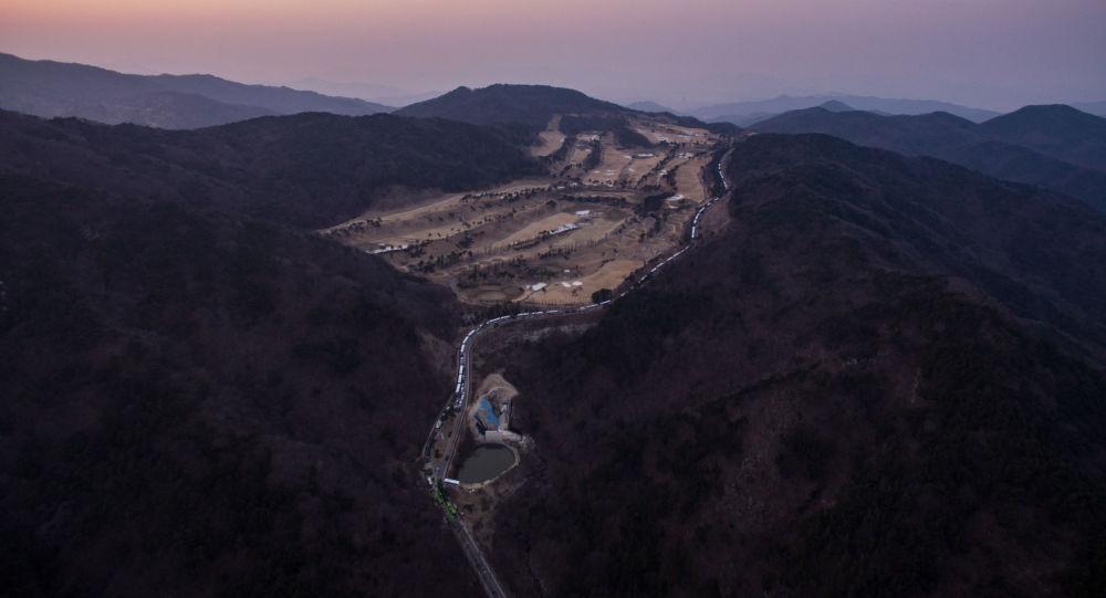 """韩国国防部向星州郡""""萨德""""基地运输施工设备等物资"""