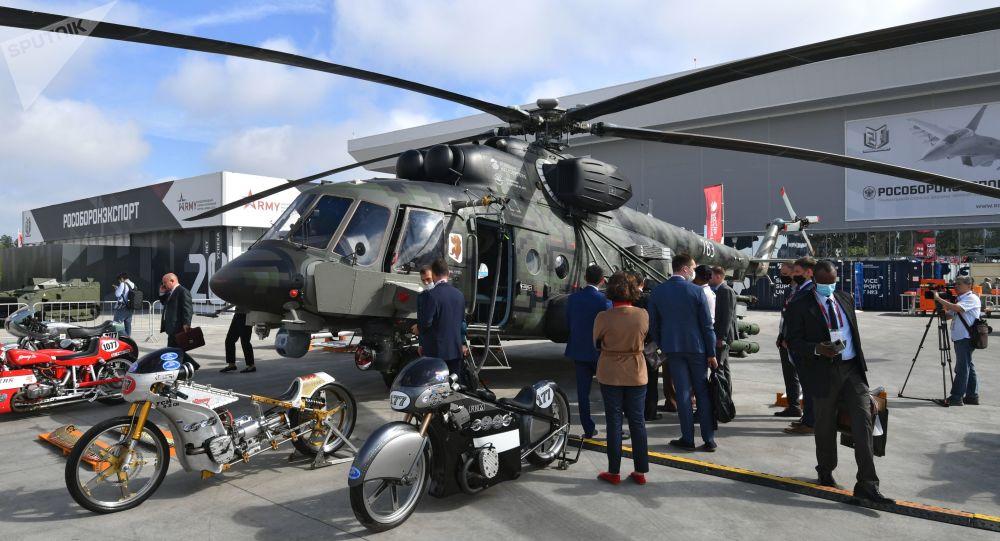 """""""军队-2020"""" 国际军事技术论坛武器展中的一架米-171Sh""""风暴""""武装运输直升机,""""爱国者""""军事爱国主义文化休闲公园"""