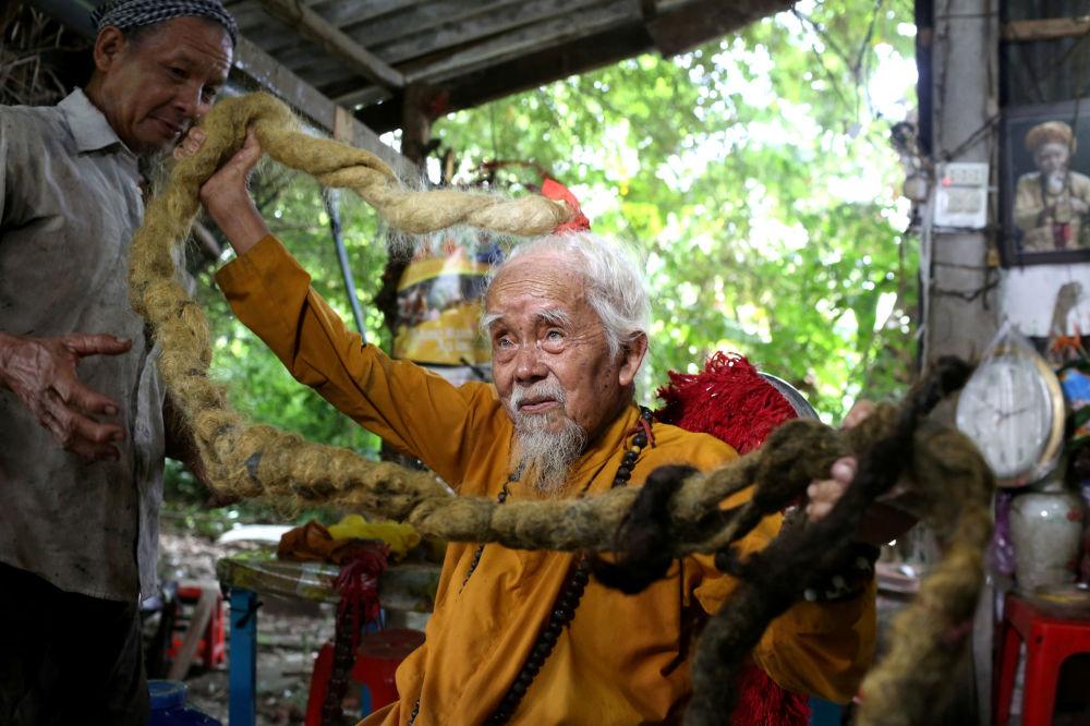 越南一位92岁的老人展示自己的5米长辫