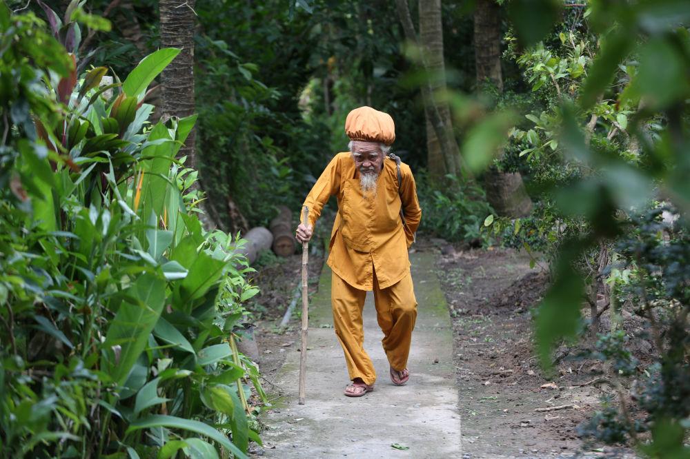 老人在自家门前散步