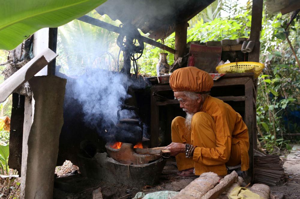 老人正在自己做饭