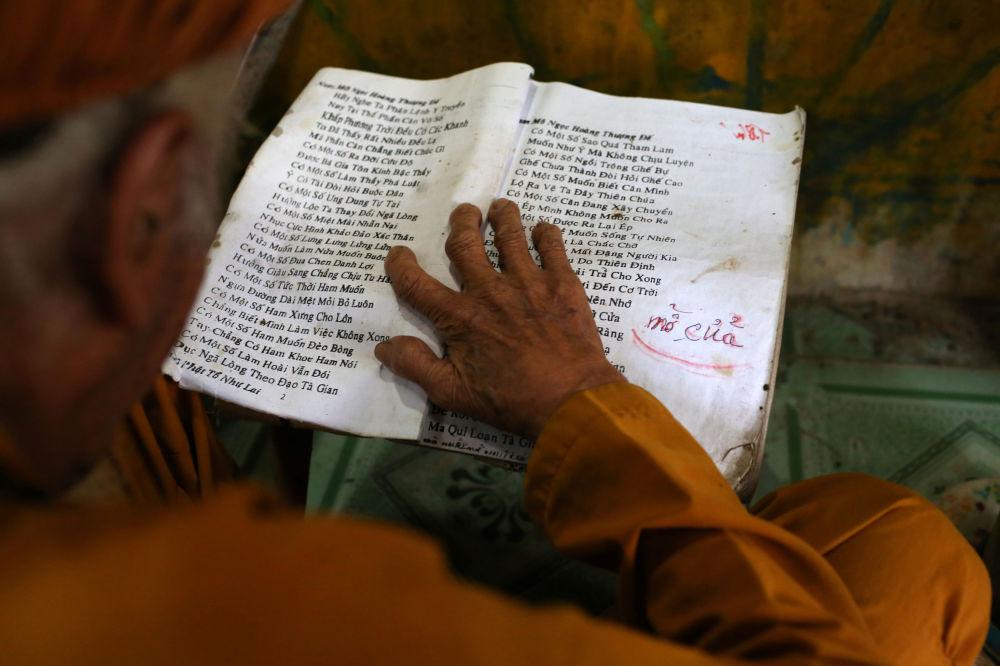 92岁的老人正在祈祷