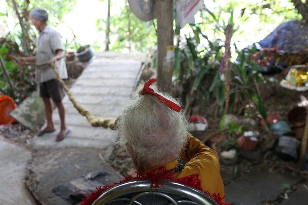 老人的儿子展示父亲的5米长辫