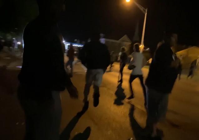 携带枪支的青少年:基诺沙骚乱
