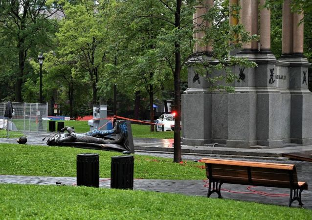 媒体:蒙特利尔的抗议者推倒加拿大首任总理雕像