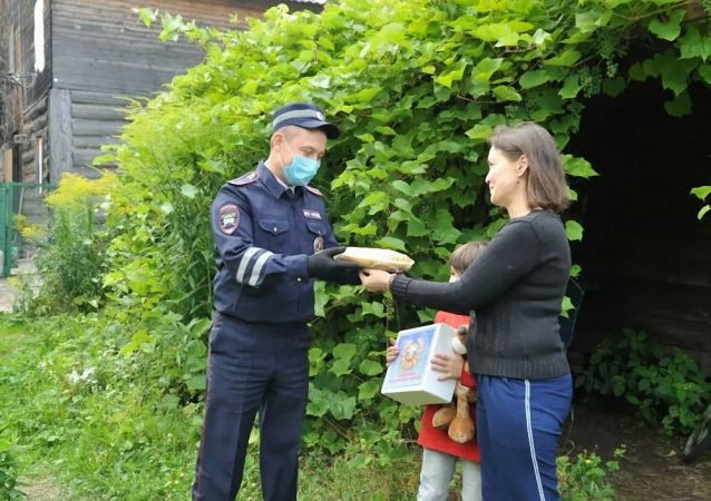 获救男孩父母向鞑靼斯坦警察赠馅饼以感谢救命之恩