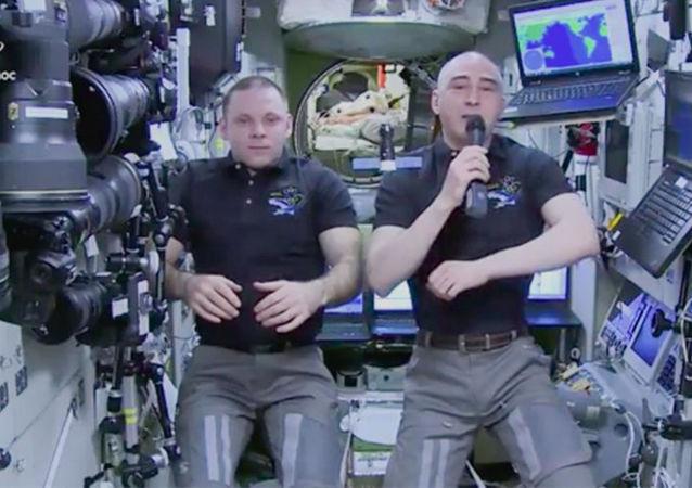 """俄宇航员在国际空间站向中小学生祝贺""""知识日"""""""