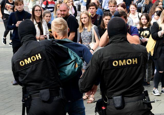 白俄罗斯执法人员在12日的抗议活动期间拘留114人