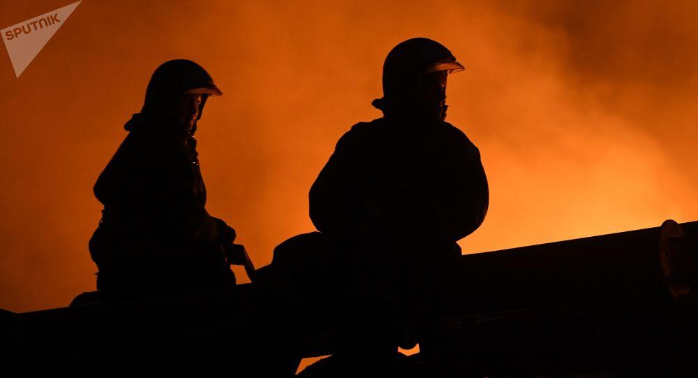 北京丰台一公司变电室起火 35辆消防车到场处置