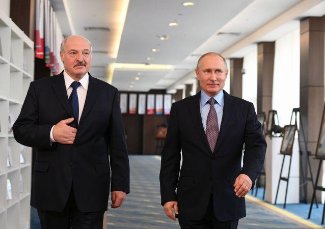 俄罗斯总统普京(右)和白俄罗斯总统卢卡申科