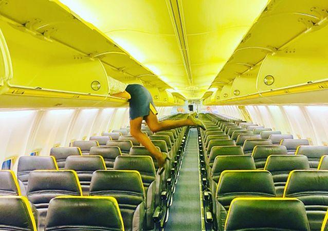 意大利空姐钻进行李架的照片惊呆网友