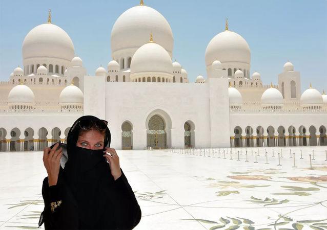 迪拜警方将丢失的钻石归还给游客