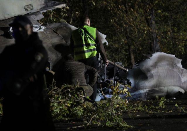 乌克兰国防部:坠毁的安-26飞机黑匣子被找到但尚未取出