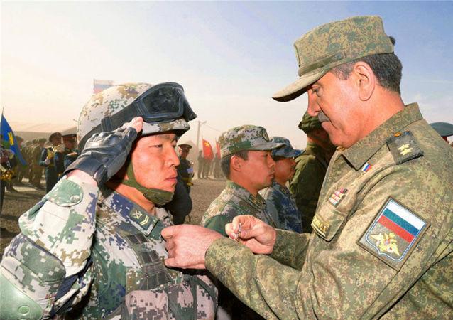 俄罗斯国防部副部长叶夫库罗夫中将向中方参演官兵颁发勋章