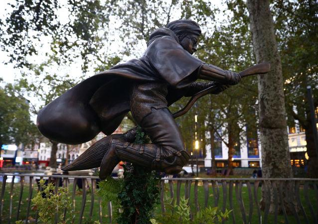伦敦市中心竖起哈里•波特雕像