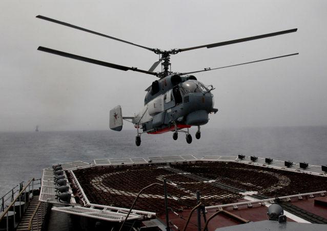 俄太平洋舰队直升机在勘察加演练救援遇险飞机乘员
