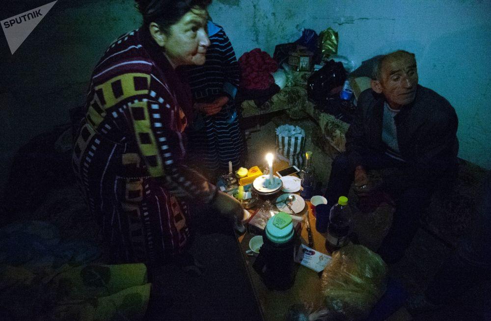 斯捷潘纳克特民众在炮击期间躲进自家房屋的地下室。