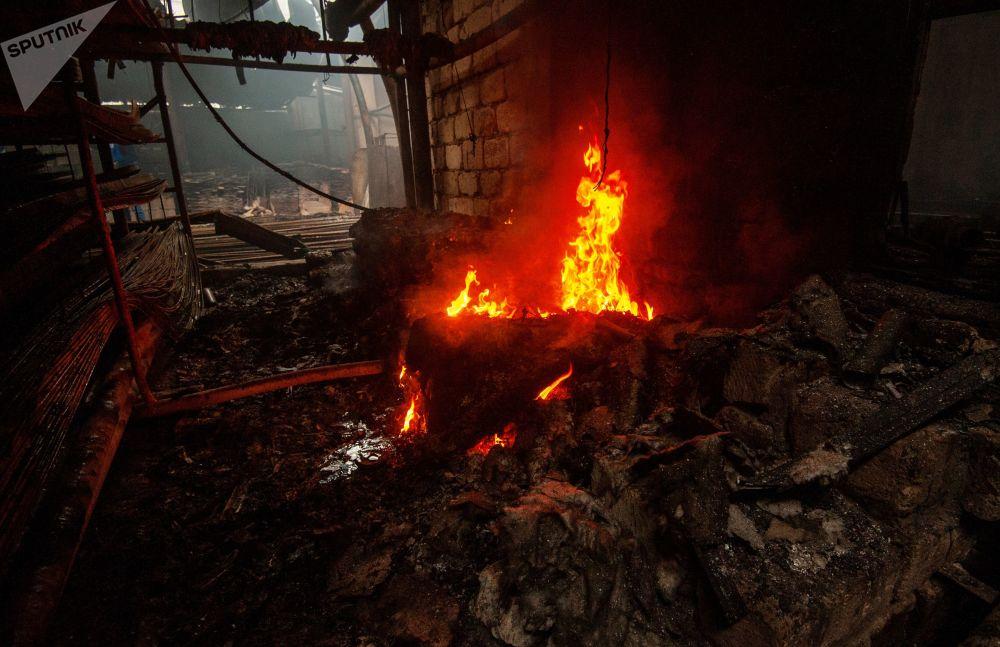 斯捷潘纳克特遭炮击导致一家建筑材料商店起火。