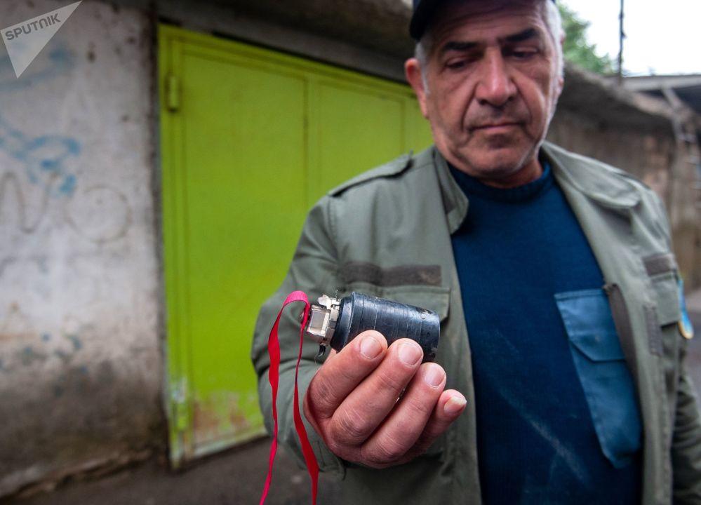 斯捷潘纳克特夜间遭炮击后一名男子手里拿着一盒弹药。