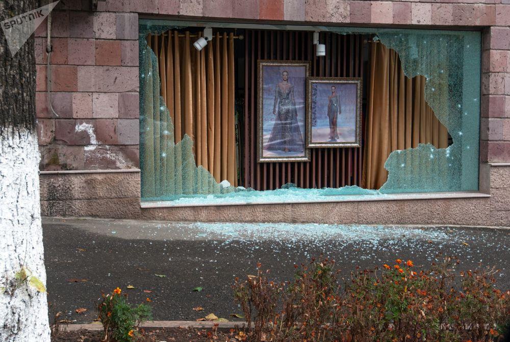 斯捷潘纳克特一家商店的橱窗因炮击损坏。