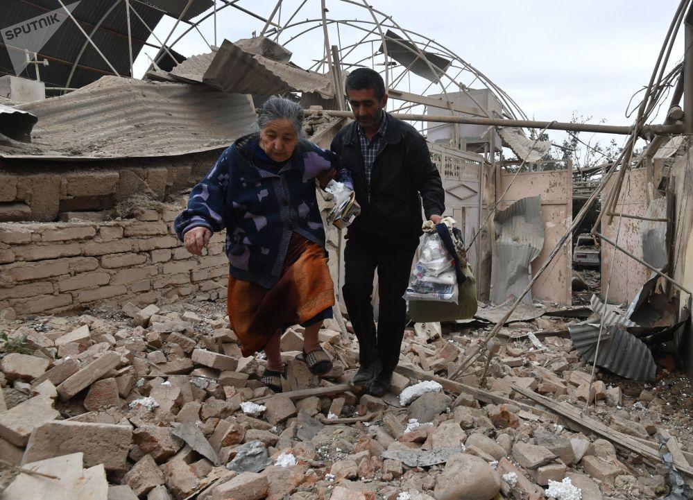 甘贾市因炮击被毁的住宅楼。