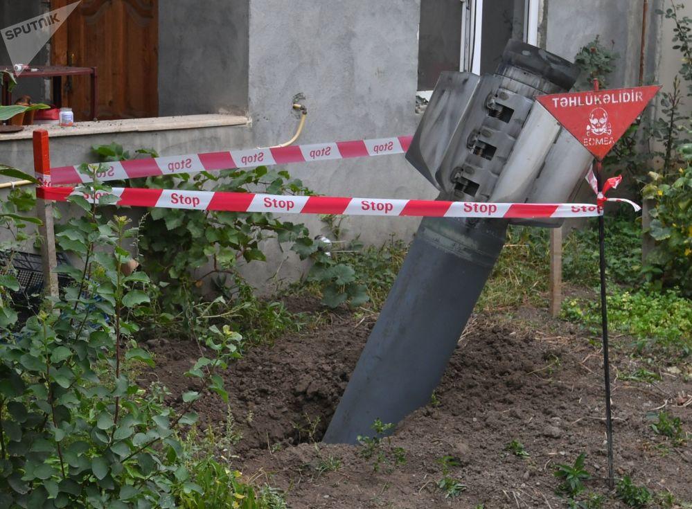 甘贾市一个居民楼院子里未爆炸的炮弹。