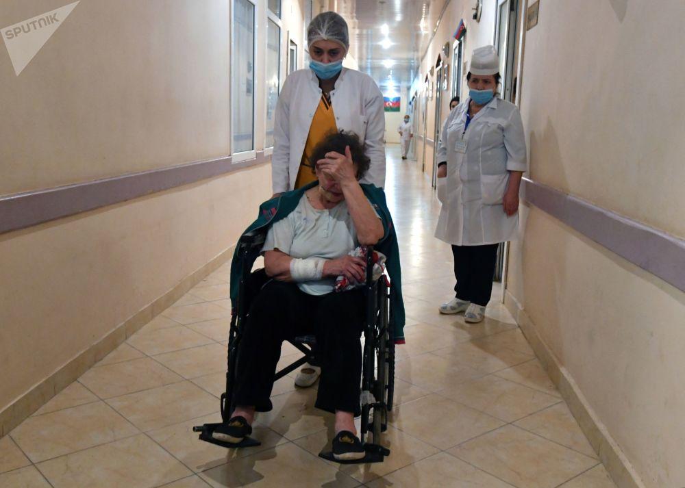 阿塞拜疆甘贾市一名女性在炮击中受伤。