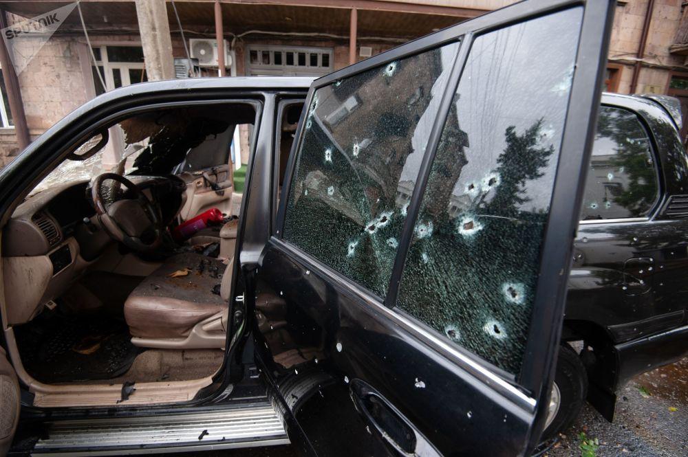 斯捷潘纳克特一辆汽车因炮击损坏。